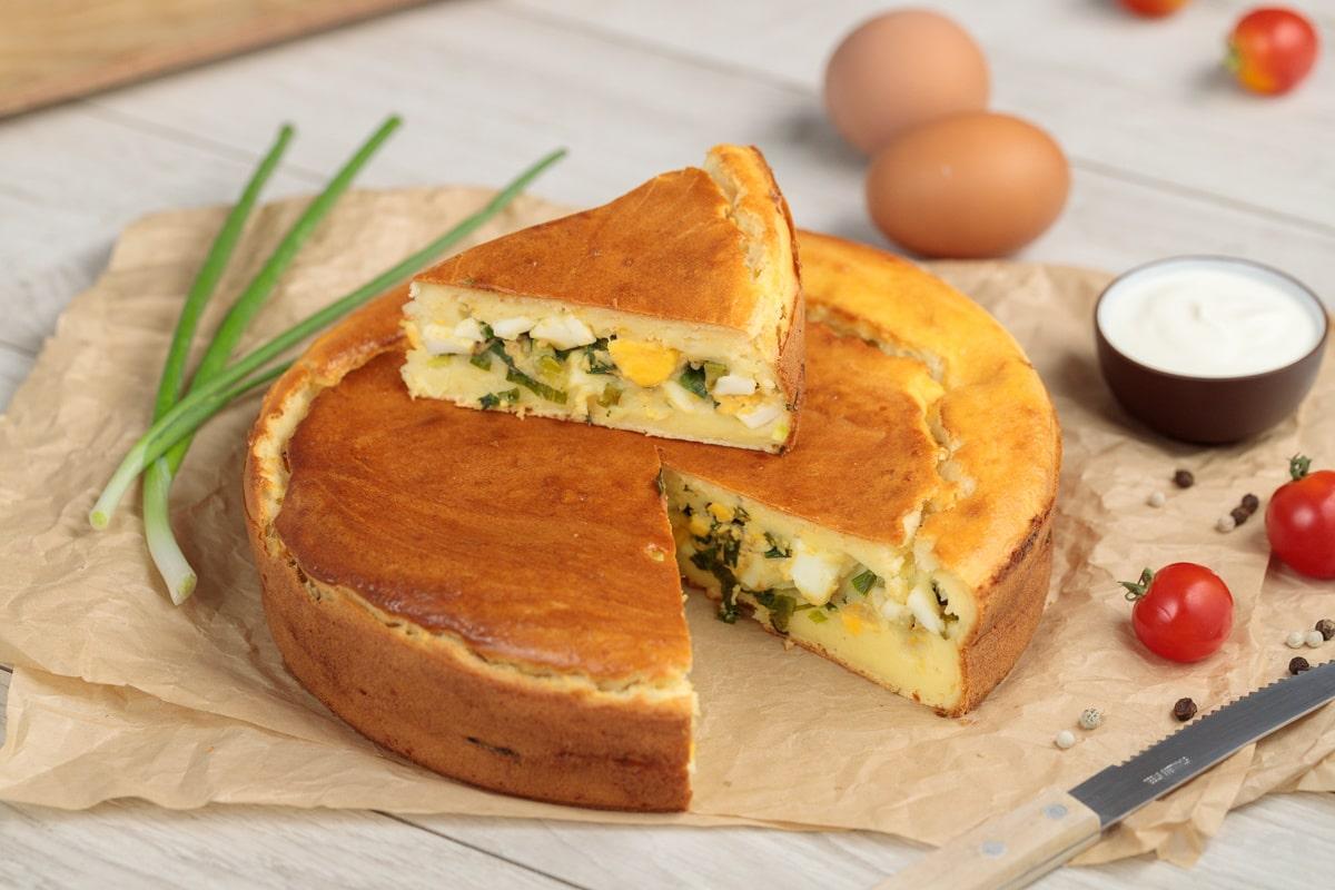 пирог с вареньем и чаем в духовке