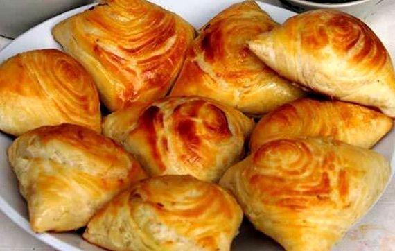 Пирожки с мясом из слоеного теста в духовке рецепт с фото