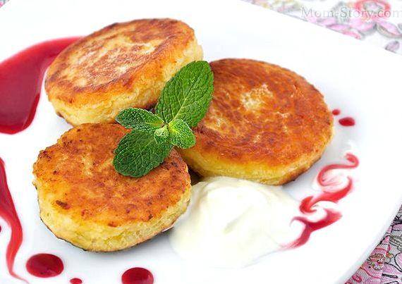 Вкусные, пышные творожники можно готовить не только на плите, но и в духовке, а также с помощью мультиварки.