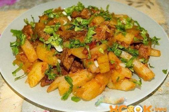 Рецепт азу из говядины с солеными огурцами и картофелем